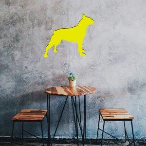 Plaque murale métal bulldog dans le salon en jaune