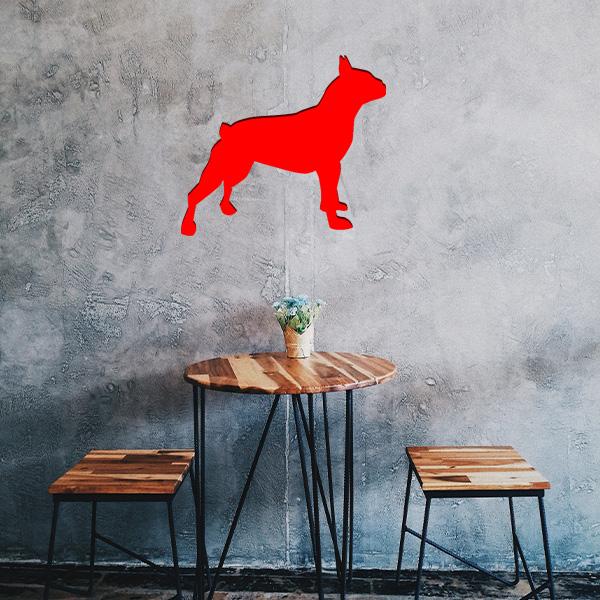 Plaque murale métal bulldog dans le salon en rouge