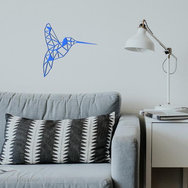 plaque murale en métal colibri dans le salon en bleu