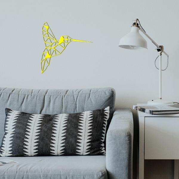 plaque murale en métal colibri dans le salon en jaune