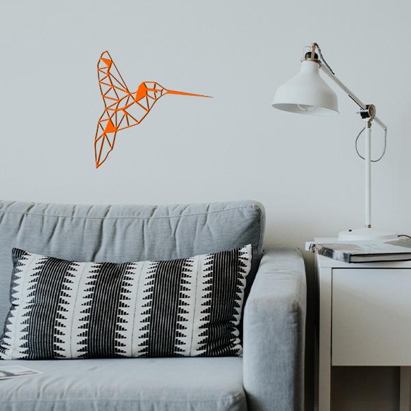 plaque murale en métal colibri dans le salon en orange