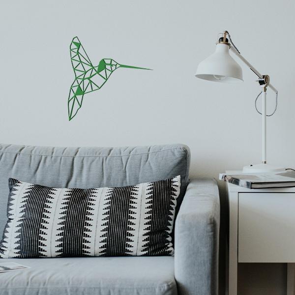 plaque murale en métal colibri dans le salon en vert