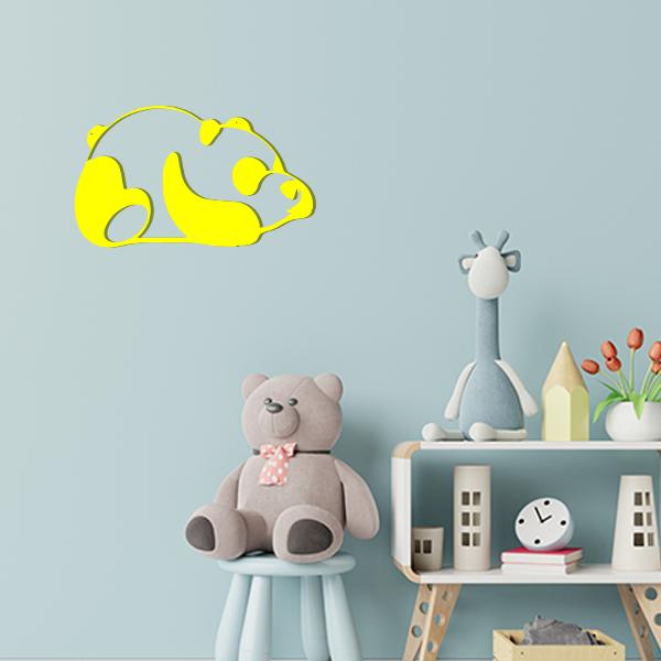 Plaque murale en métal panda dans chambre d'enfant jaune