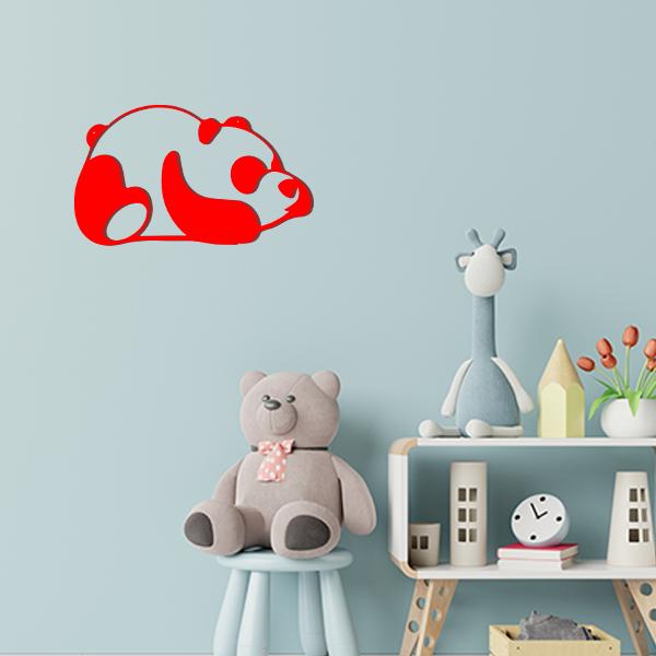 Plaque murale en métal panda dans chambre d'enfant rouge