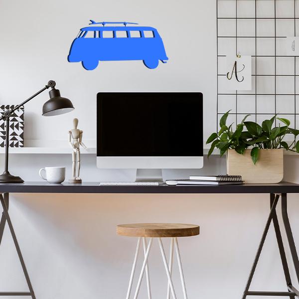 plaque murale en métal van avec planche de surf dans le bureau bleu