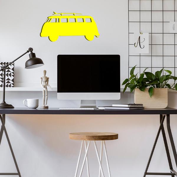 plaque murale en métal van avec planche de surf dans le bureau jaune