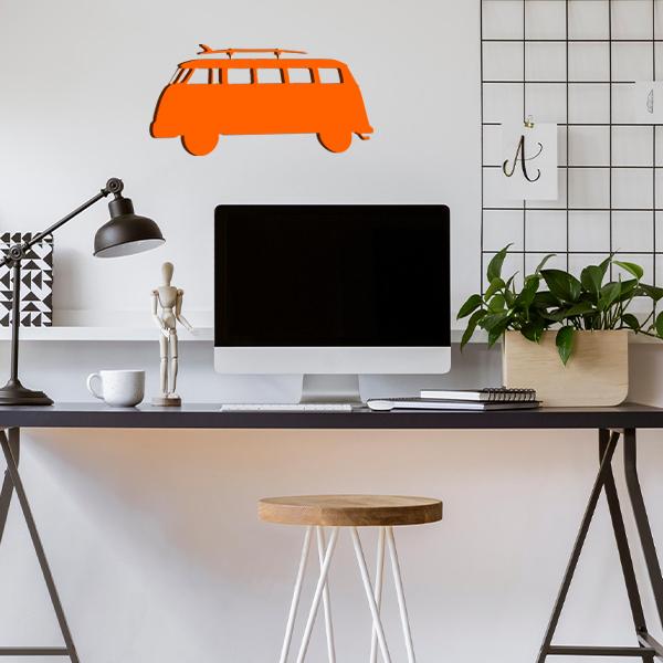 plaque murale en métal van avec planche de surf dans le bureau orange