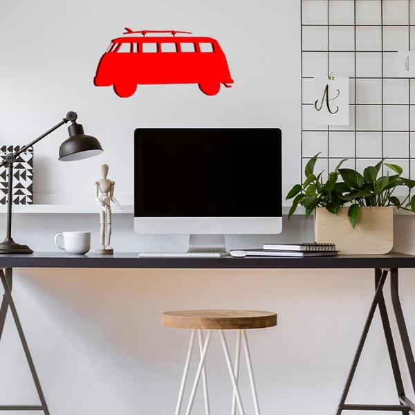 plaque murale en métal van avec planche de surf dans le bureau rouge