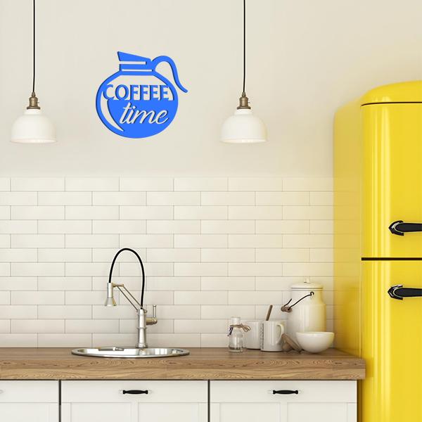 plaque murale en métal coffee time dans la cuisine en bleu