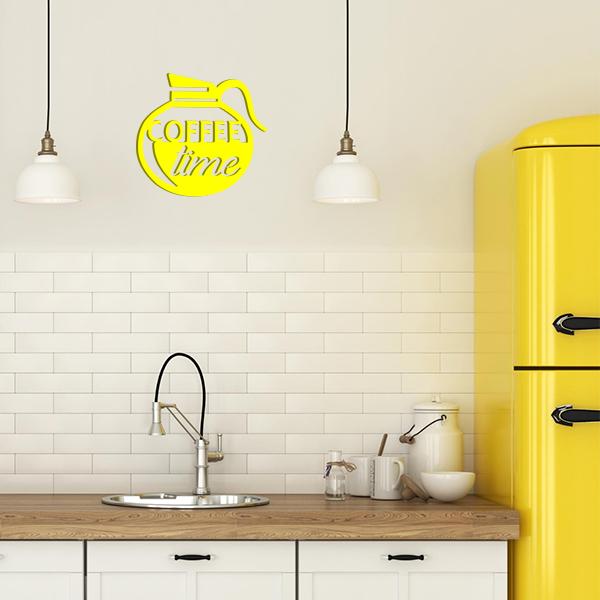 plaque murale en métal coffee time dans la cuisine en jaune