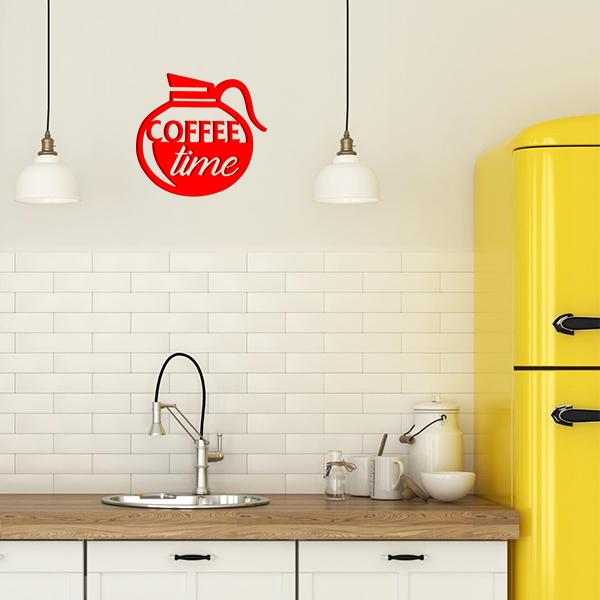 plaque murale en métal coffee time dans la cuisine en rouge