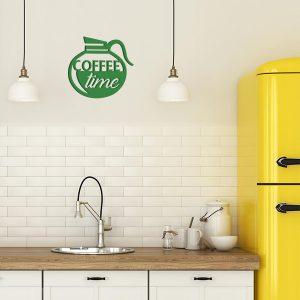 plaque murale en métal coffee time dans la cuisine en vert