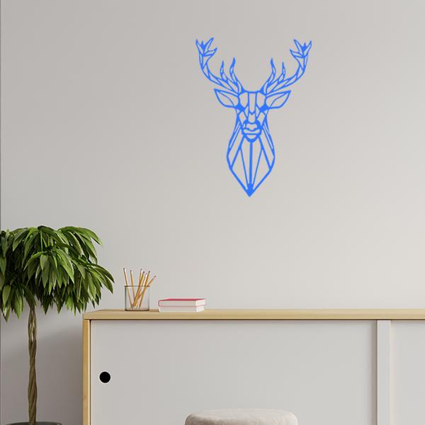 Plaque murale métal tête de cerf dans le salon en bleu