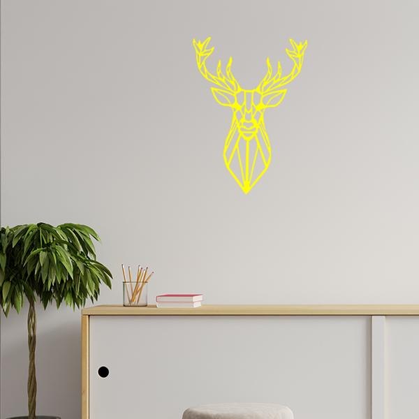 Plaque murale métal tête de cerf dans le salon en jaune