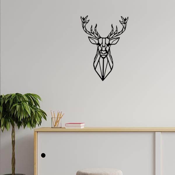 Plaque murale métal tête de cerf dans le salon en noir