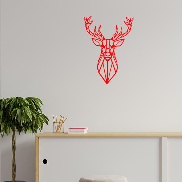 Plaque murale métal tête de cerf dans le salon en rouge