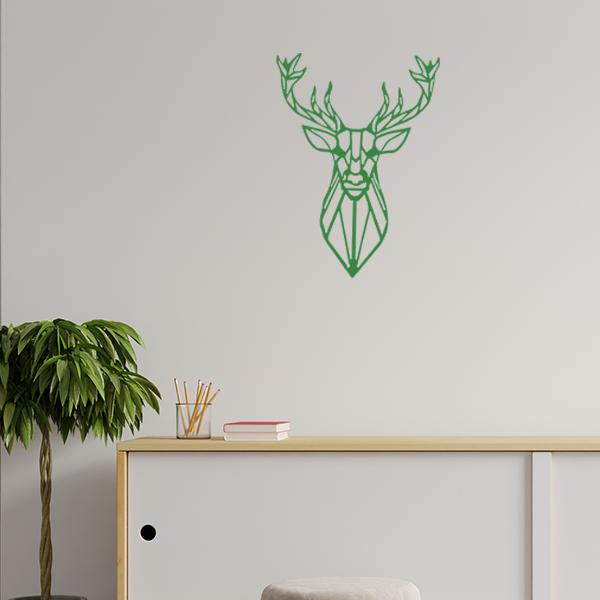 Plaque murale métal tête de cerf dans le salon en vert