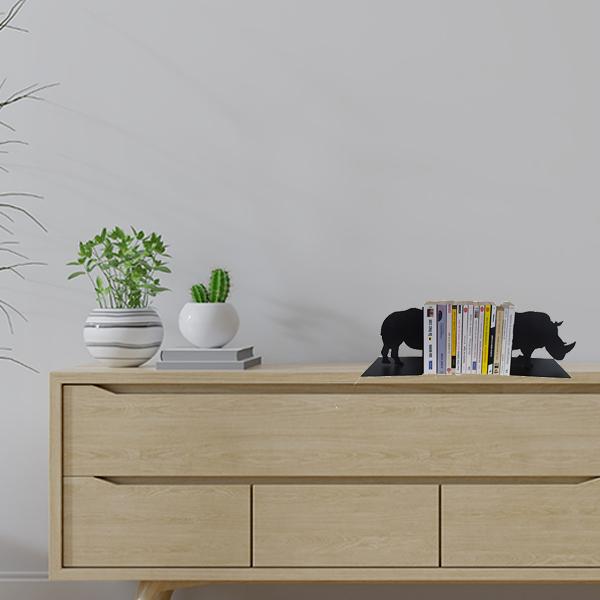 Serre-livres en métal rhinocéroce noir sur meuble de salon