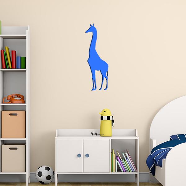 Plaque murale en métal girafe dans chambre d'enfant en bleu