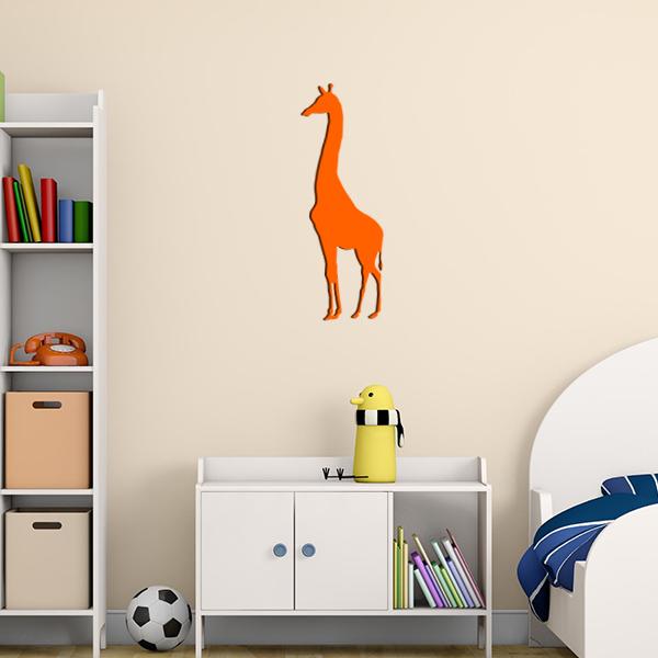 Plaque murale en métal girafe dans chambre d'enfant en orange