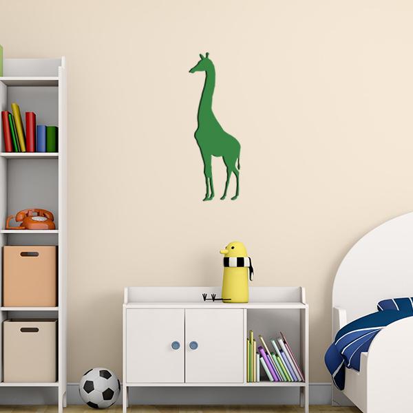 Plaque murale en métal girafe dans chambre d'enfant en vert
