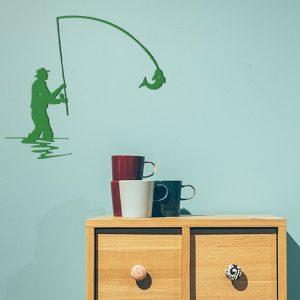 plaque murale en métal le pêcheur en vert dans entrée de maison