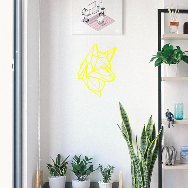 Plaque murale en métal tête de loup dans entrée maison en jaune