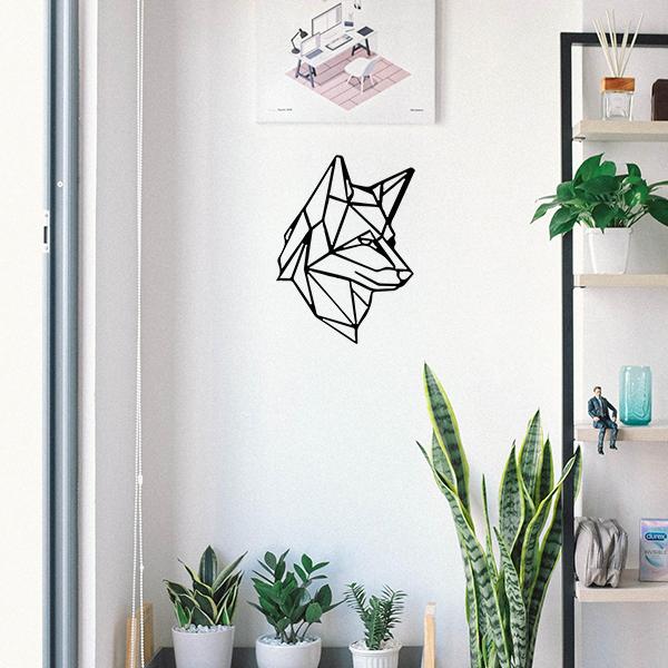 Plaque murale en métal tête de loup dans entrée maison en noir