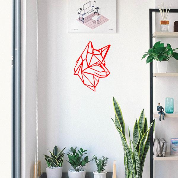 Plaque murale en métal tête de loup dans entrée maison en rouge