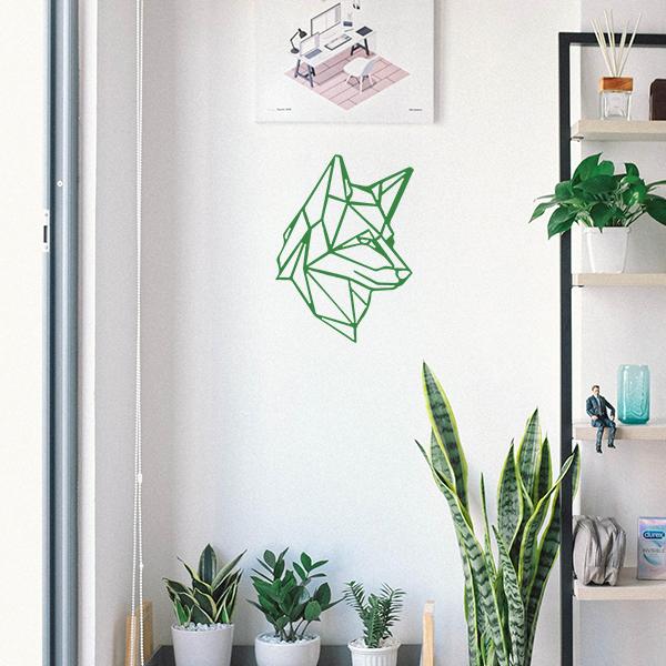 Plaque murale en métal tête de loup dans entrée maison en vert