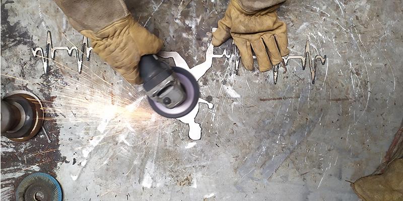 image polir plaque en atelier