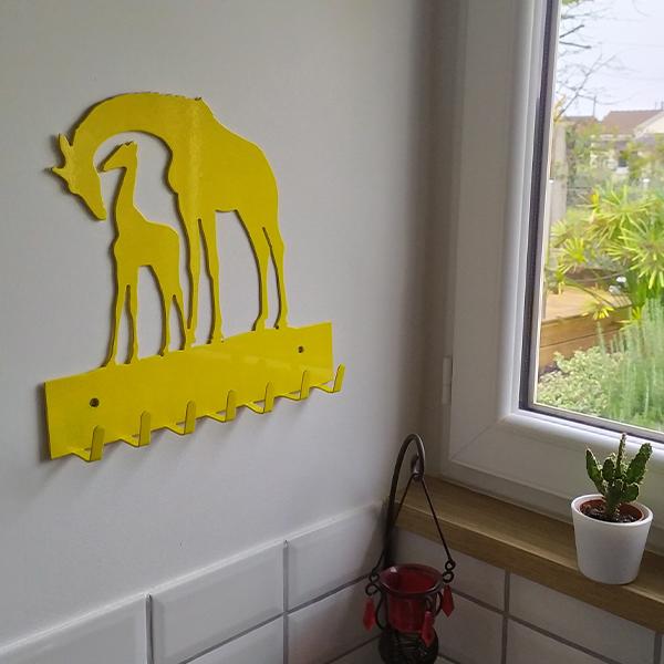 patère murale en métal girafe bleu dans cuisine