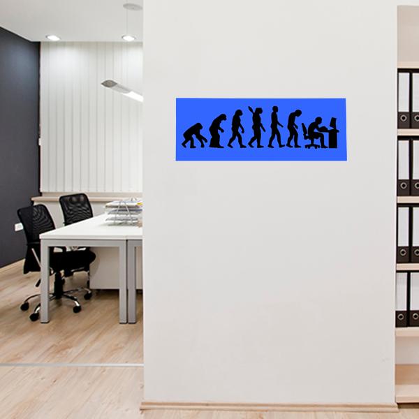 cadre mural métal évolution humaine dans bureau en bleu fond noir