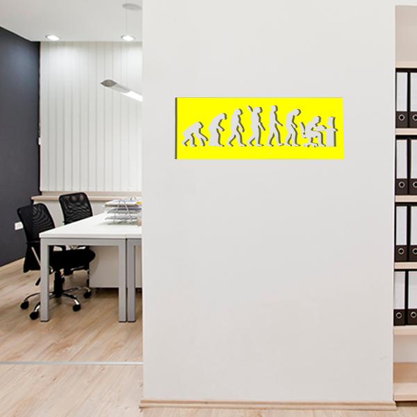 cadre mural métal évolution humaine dans bureau en jaune