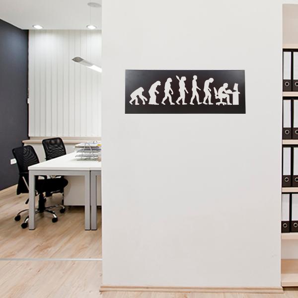 cadre mural métal évolution humaine dans bureau en noir