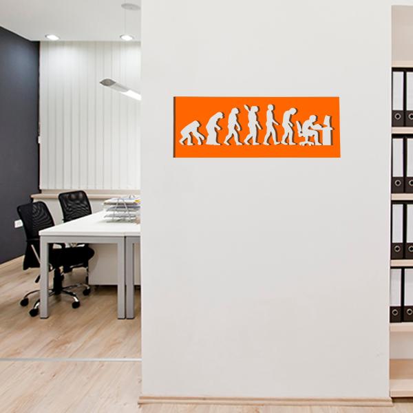 cadre mural métal évolution humaine dans bureau en orange