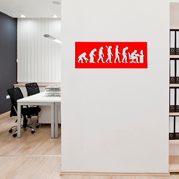 cadre mural métal évolution humaine dans bureau en rouge