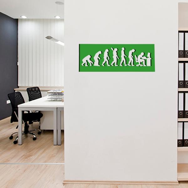 cadre mural métal évolution humaine dans bureau en vert