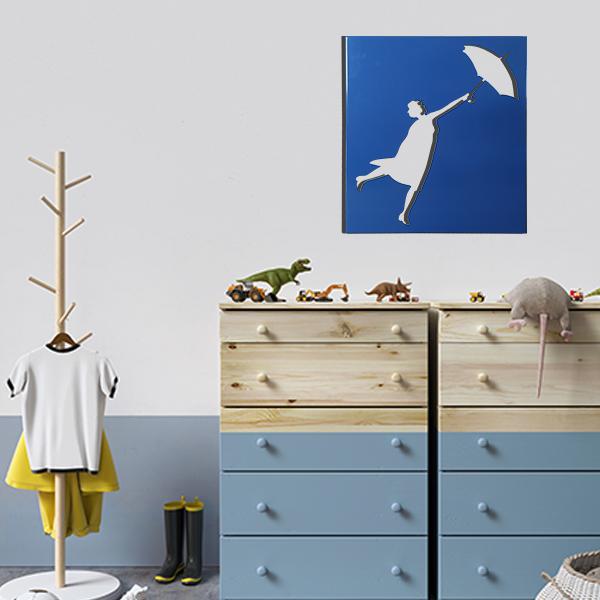 cadre mural en métal ajouré de mary poppins dans la chambre d'enfant en bleu