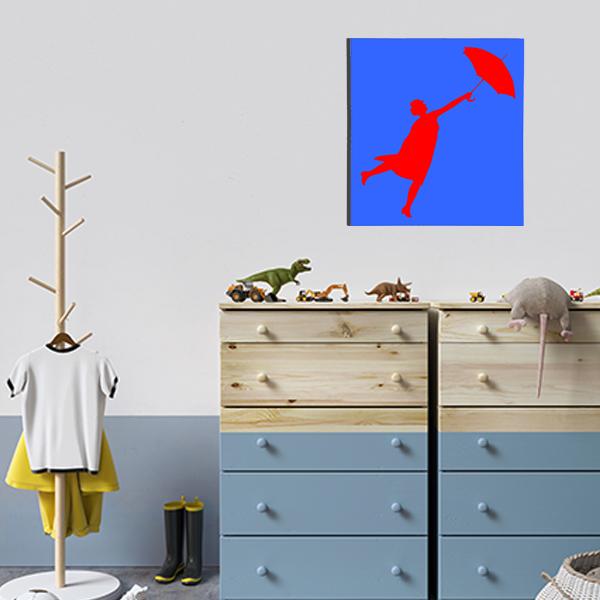 cadre mural en métal de mary poppins dans la chambre d'enfant en bleuavec fond rouge