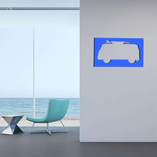 cadre mural en métal van surf dans salon en bleu