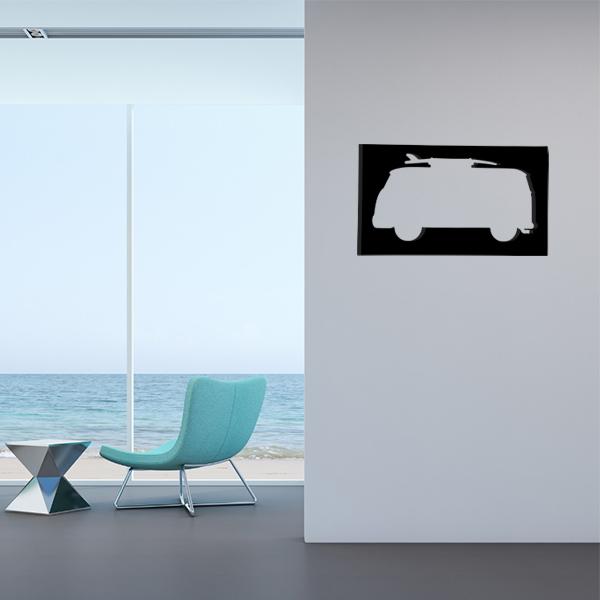 cadre mural en métal van surf dans salon en noir