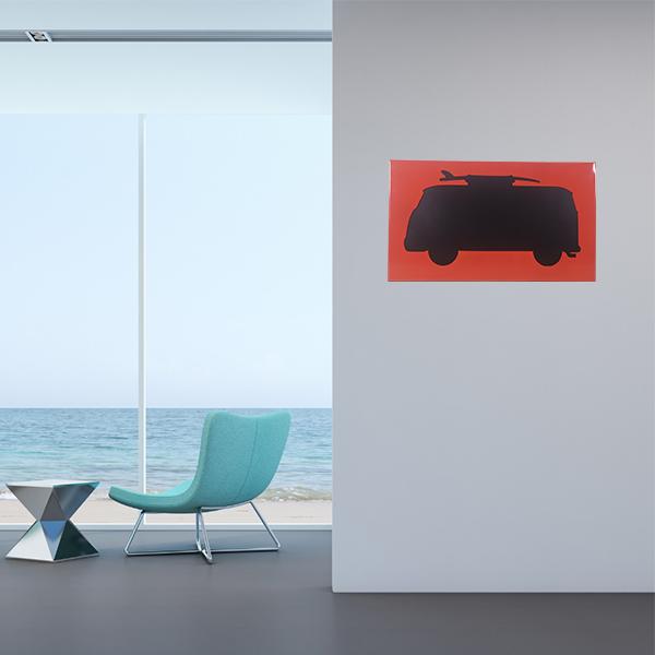cadre mural en métal van surf dans salon en rouge fond noir