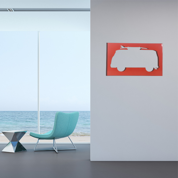 cadre mural en métal van surf dans salon en rouge