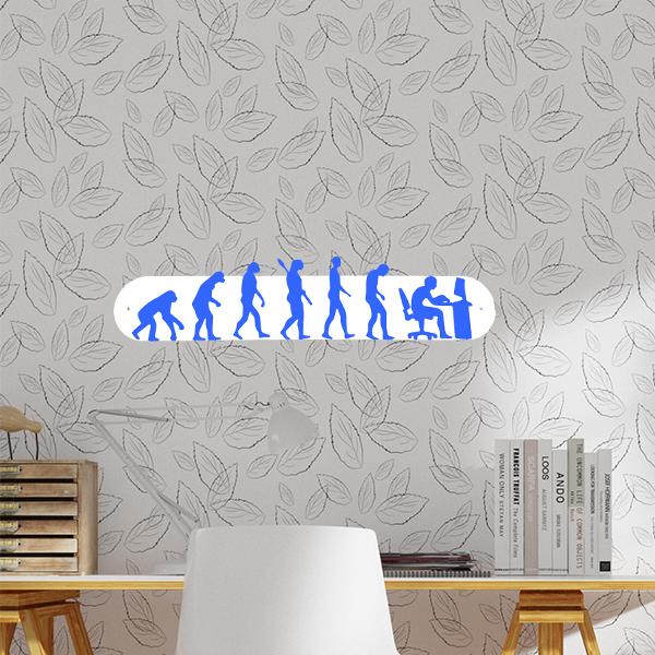 plaque murale en métal évolution humaine ordi blanc et bleu dans bureau