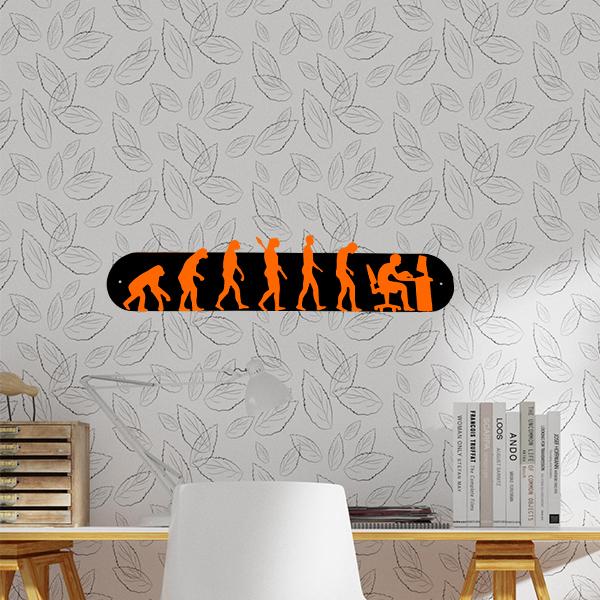 plaque murale en métal évolution humaine ordi noir et orange dans bureau