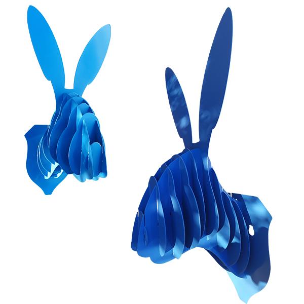 Trophe mural en métal tête de lapin en bleu de profil et de face