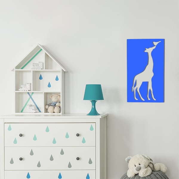 cadre en métal girafe ajouré bleu dans la chambre d'enfant