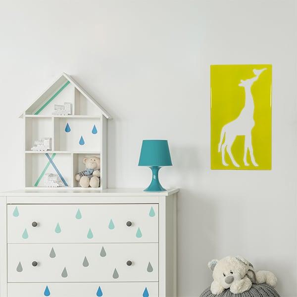 cadre en métal girafe ajouré jaune dans la chambre d'enfant