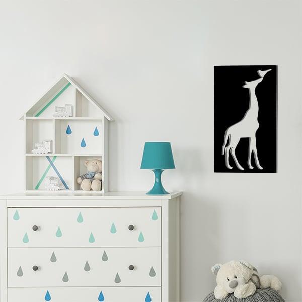 cadre en métal girafe ajouré noir dans la chambre d'enfant